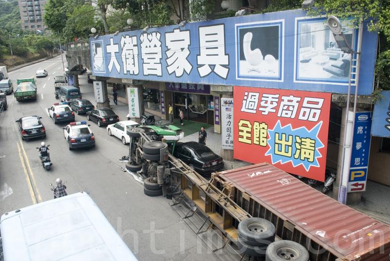 貨櫃車轉彎翻車 居民心怕怕   大紀元