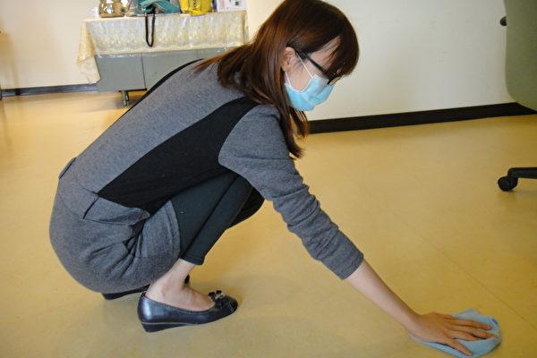 主婦蹲著擦地板 長期下背麻痛 | 腰椎 | 開刀 | 大紀元