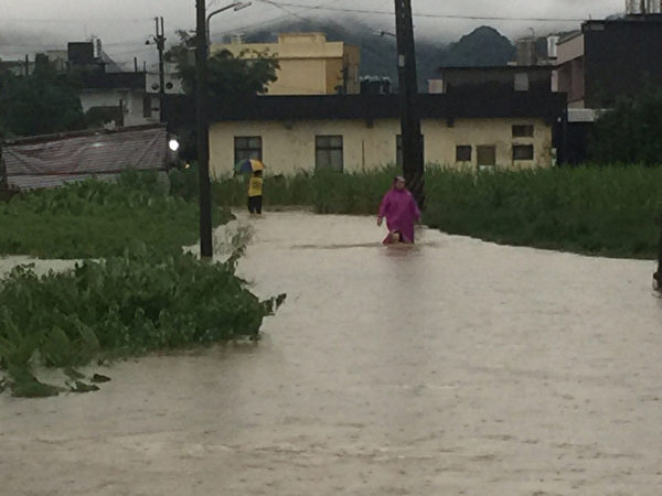 組圖:超大豪雨侵襲全臺 降雨量破17年紀錄   暴雨   臺灣   交通   大紀元