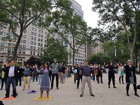 法轮功学员在麦迪逊广场公园炼功(戴安/大纪元)