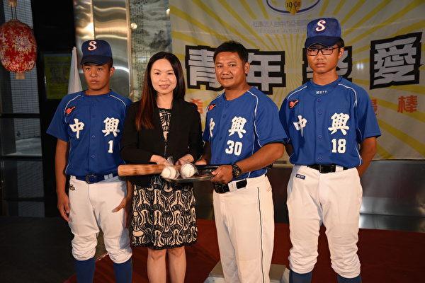國際青商會贈球具 助南投孩子圓棒球夢   青年商會   公益   大紀元