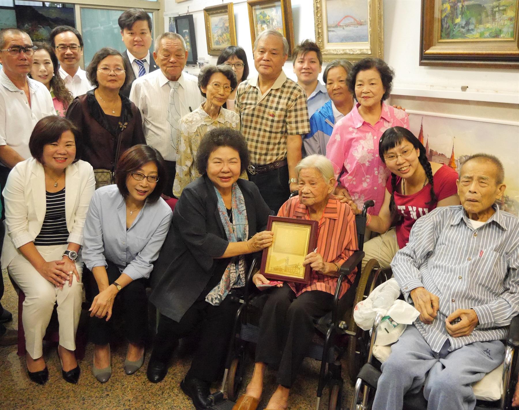 重陽敬老 陳菊慰訪人瑞奶奶 | 重陽節 | 敬老禮金 | 百歲人瑞 | 大紀元