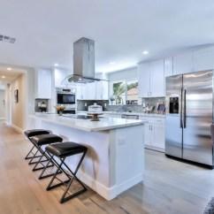 Kitchen Flooring Trends Small Island With Stools 厨房新趋势 干净俐落更大气 厨房设计 湾区地产经纪 厨房台面 大纪元 厨房地板的趋势