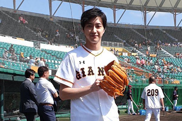 江宏傑為日職棒熱身賽開球 與原辰德相見歡 | 桌球好手 | 日本職棒 | 讀賣巨人隊 | 大紀元
