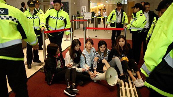 香港眾志抗議港府修訂逃犯條例 9人被捕 | 嶺大學生 | 林朗彥 | 大紀元