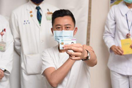 在施用AZ疫苗之前,医务人员和受试者将一起验证身份信息和疫苗信息,并在确认准确性后再接种疫苗。 接种疫苗后,将在健康保险卡上贴上疫苗标签。