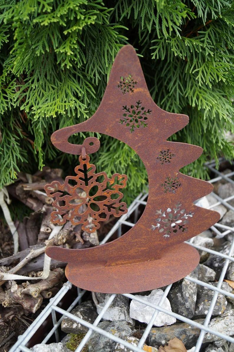 Rostiger Tannenbaum.Kleiner Tannenbaum Garten
