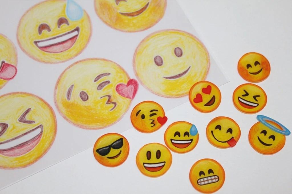 Smiley über den kopf streicheln