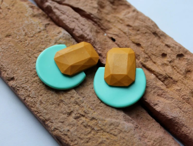 Brinco geométrico em polymer clay