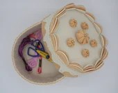 felt cake, round box with lid