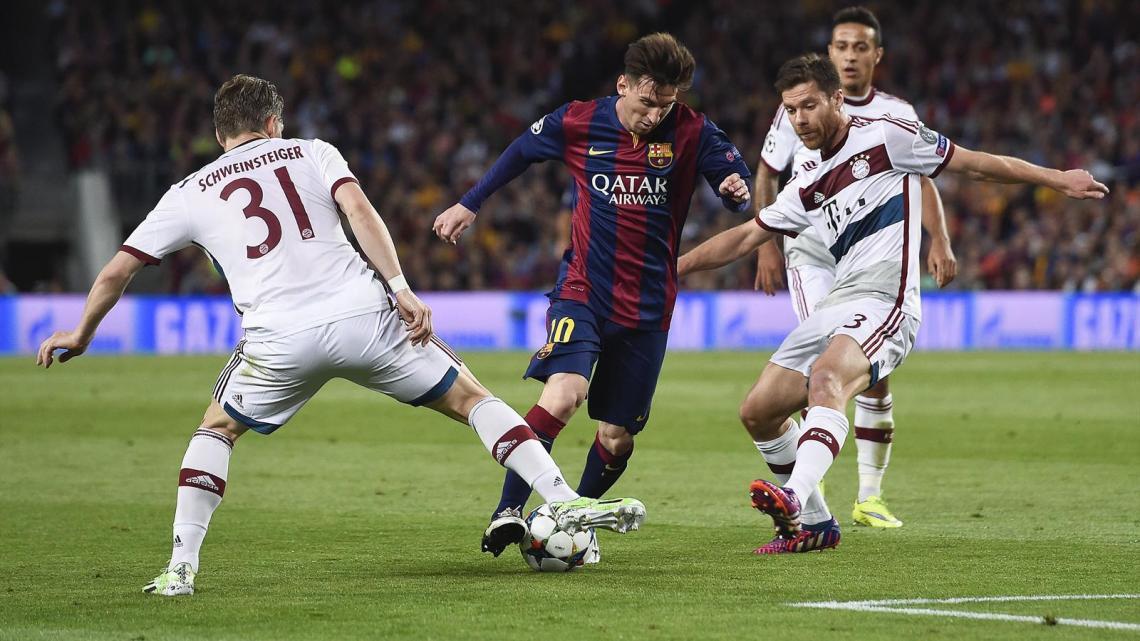 Lionel Messi (FC Barcelona) im Duell mit Bastian Schweinsteiger und Xabi Alonso (FC Bayern München)