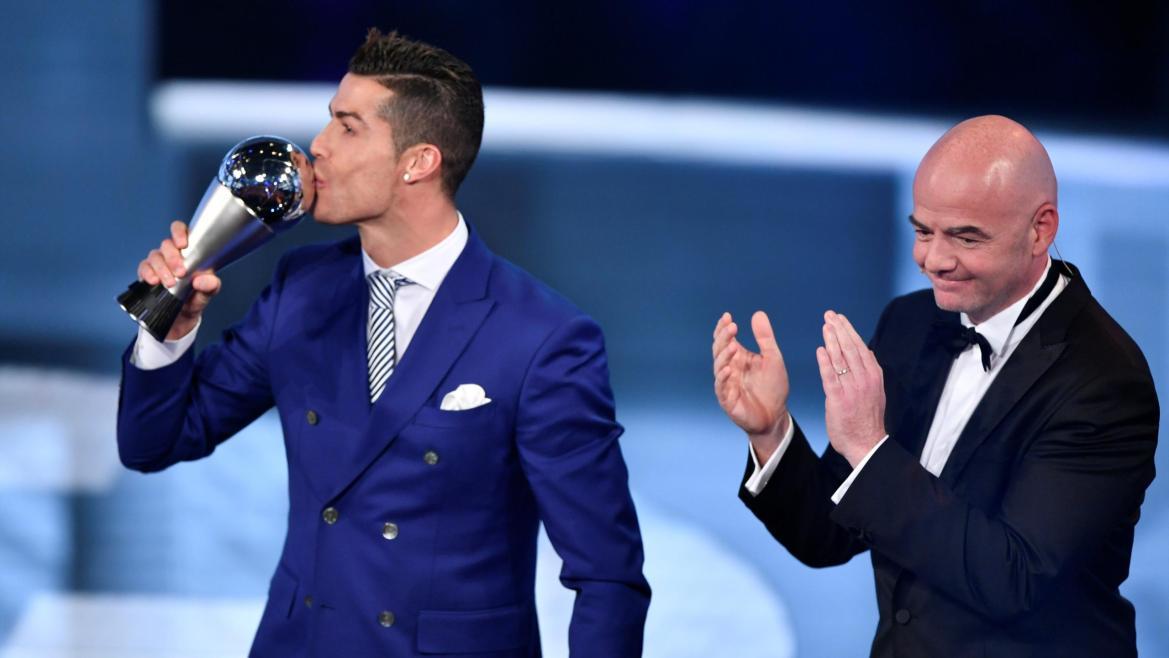 Cristiano Ronaldo embrasse son trophée du meilleur joueur de la FIFA 2016