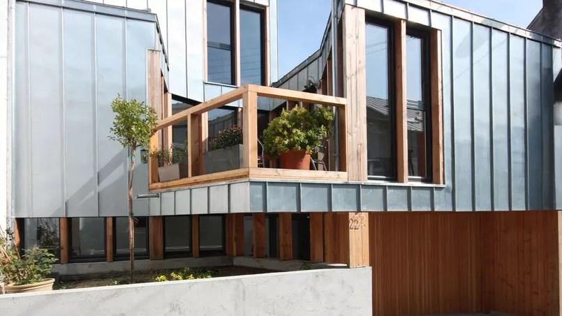 Ces deux maisons ont t transformes grce  une extension en bois