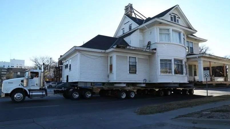 Une maison de 120 tonnes dplace par un camion