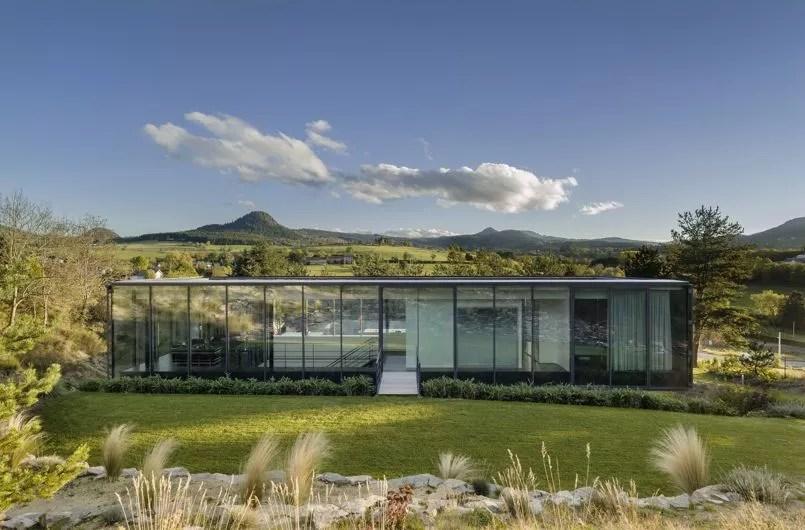 Maison en verre et en bton avec vue sur les volcans