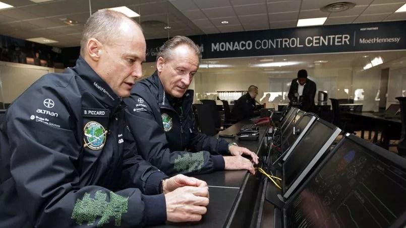 Les deux pilotes Bertrand Piccard et André Borschberg lors de l'inauguration du centre de contrôle à Monaco.