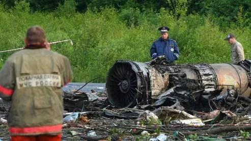 Sous le choc, le fuselage de l'appareil s'est brisé et l'avion a pris feu.
