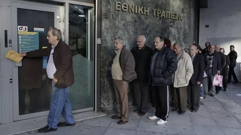 Des retraités attendent de pouvoir retirer leur pension au guichet d'une banque.