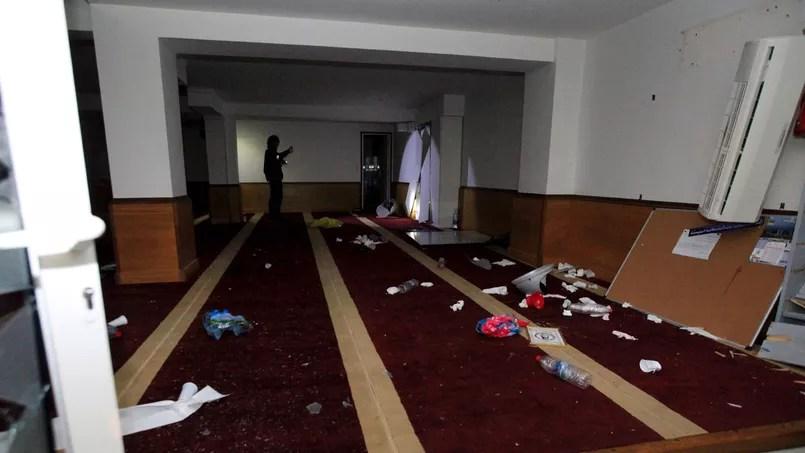 Dans une ambiance tendue, une salle de prière musulmane située à proximité de la cité des Jardins de l'Empereur a été saccagée et des exemplaires du Coran ont été partiellement brûlés.