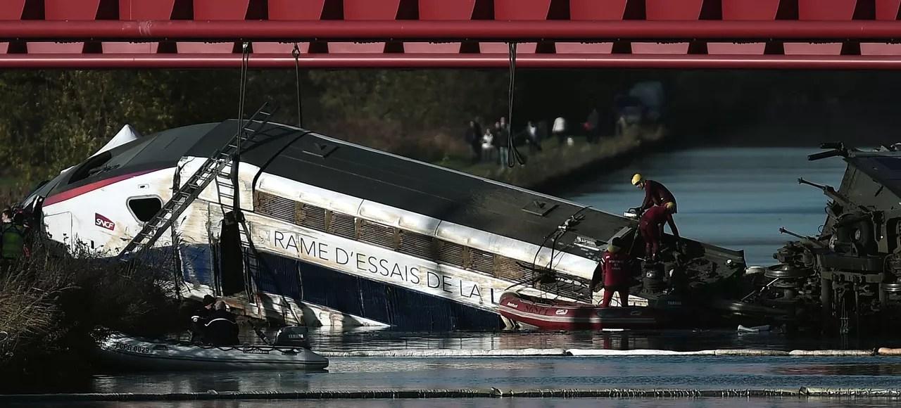 Intervention sur la rame TGV échouée dans le canal d'Eckwersheim, près de Strasbourg, le 14 novembre.