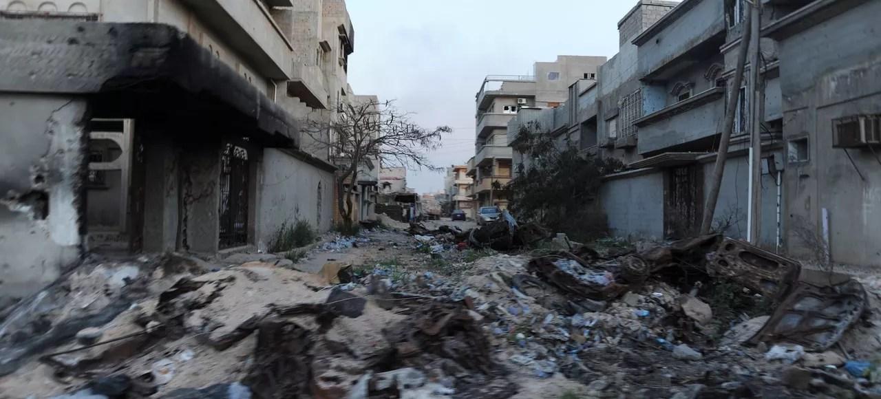 Une rue de Benghazi et ses immeubles détruits.
