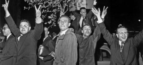 Le 29 mai 1958, manifestation de joie des parisiens sur les Champs Élysées a l'annonce du retour du general de Gaulle.