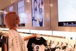 Une enseigne japonaise a mis au point des cintres intelligents qui affichent les caractéristiques du produit. Une vidéo de présentation du vêtement apparaît lorsque le client décroche le cintre.
