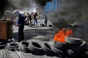 Les manifestants palestiniens incendient des pneus