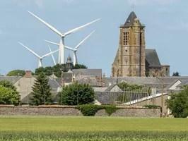 Un village d'Eure-et-Loir, dans ce pays beauceron massacré par l'industrie du vent. Par moments, on se croirait dans un film d'Hitchcock, avec une attaque en vol plané de gigantesques oiseaux blancs...