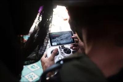 Les combattants observent les images d'un drone pour réduire les dernières poches de résistance. Reportage sur la bataille de Mossoul, juillet 2017.