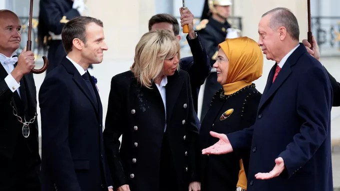 Le président turc Recep Tayyip Erdogan et sa femme Emine reçus à l'Élysée.