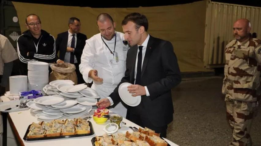 Le chef Guillaume Gomez et Emmanuel Macron.