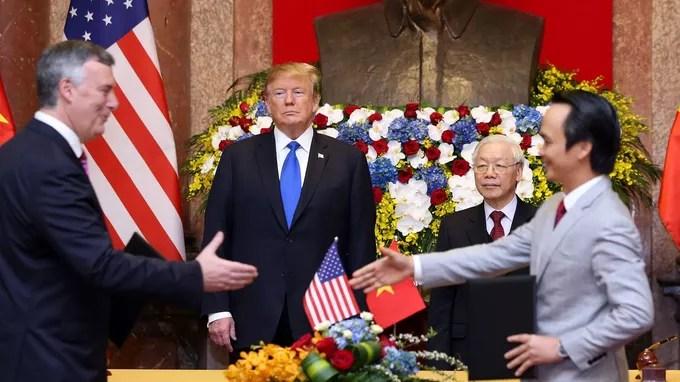Donald Trump et son homologue vietnamien assistent à la signature d'un contrat entre les PDG de Bamboo Airways et de Boeing.