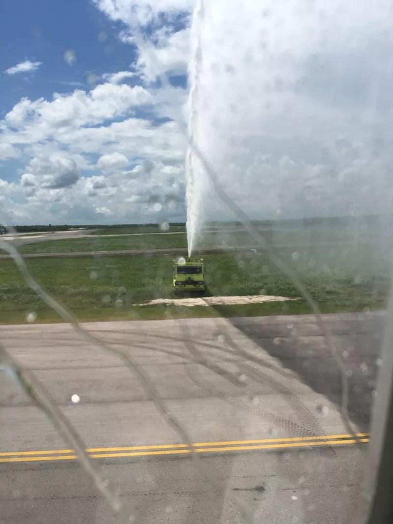 Un des camions de pompier arrosant l'appareil à son atterrissage à Punta Cana.