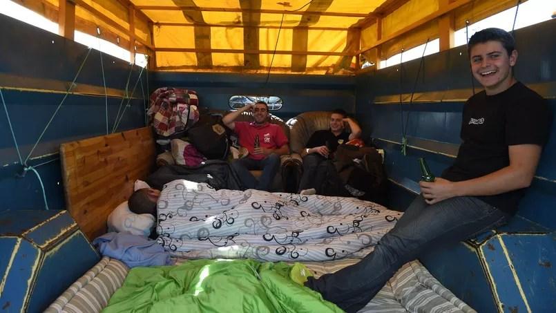 Des agriculteurs en route pour la grande manifestation ont aménagé un espace à vivre dans la remorque d'un tracteur.