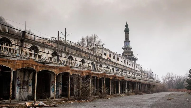 Un bâtiment sans vie à Consonno, (dés)incarnation de la ville fantôme.