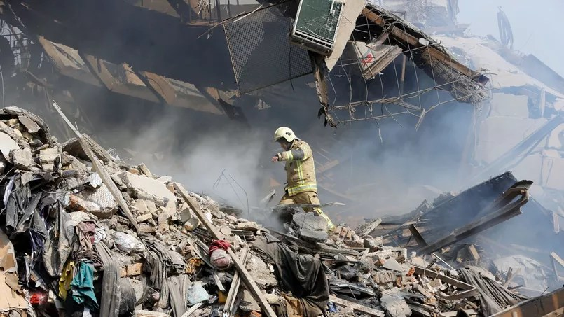 Un pompier iranien dans les décombres du Plasco Building le 19 janvier 2017. AFP PHOTO / STR