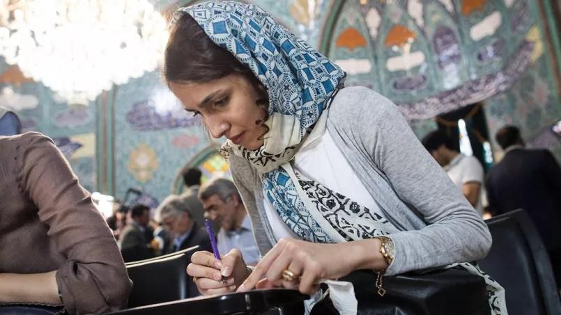 Dans un bureau de vote de Téhéran ce vendredi.
