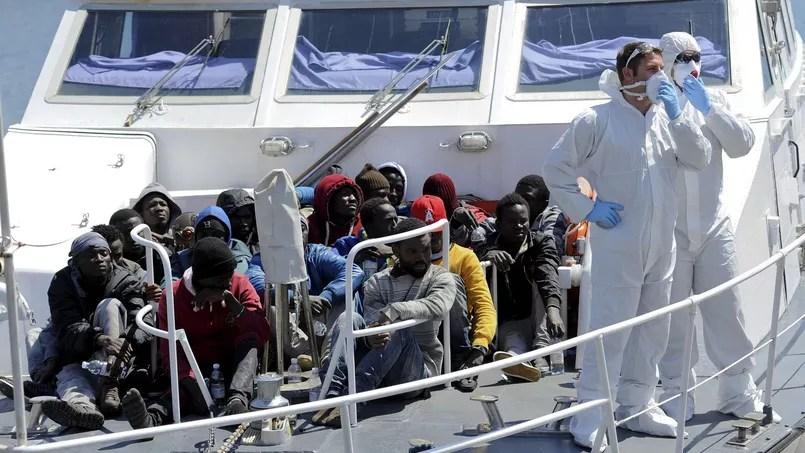 Des migrants secourus par les garde-côtes italiens débarquent dans le port de Palerme, en Sicile. Plus de 10.500 arrivées ont été enregistrées depuis le début du mois en Italie.