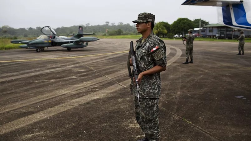 Un militaire en poste à l'aéroport péruvien de Madre de Dios.
