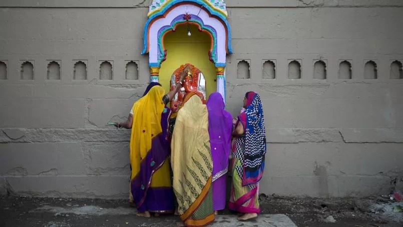 Des femmes en Inde prient le dieu elephant Ganesh