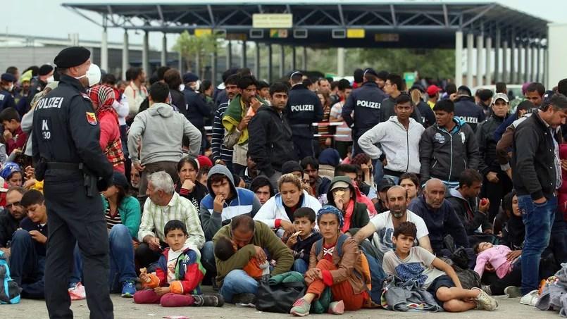 Des migrants se reposent, lundi, à Nickelsdorf, après avoir traversé la frontière entre la Hongrie et l'Autriche.