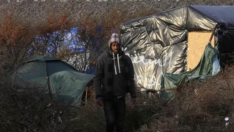 Un migrant marche dans la «jungle de Calais», le 30 décembre.
