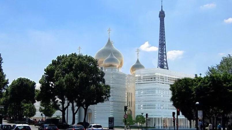 La pose du dôme central se déroule ce samedi 19 mars 2016, dans le VIIe arrondissement de Paris.