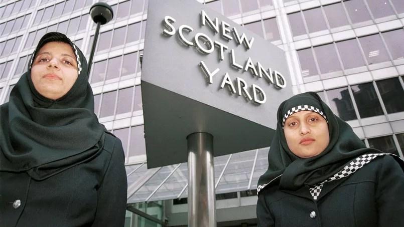 Deux policières portant le hijab devant le siège de Scotland Yard à Londres.