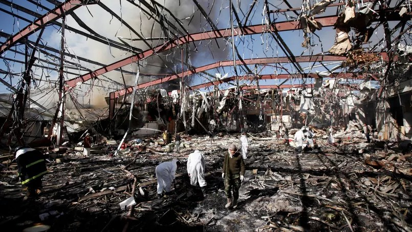 La salle où se déroulaient les funérailles a été dévastée.