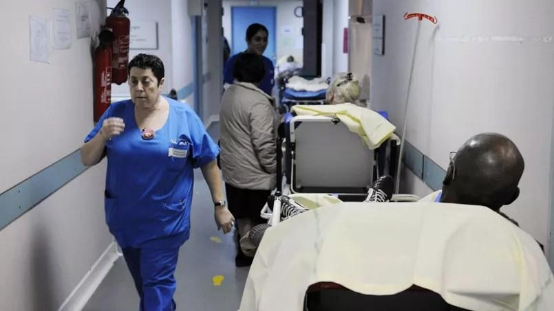 Des patients attendent leur tour au service des urgences de l'hôpital de Créteil.