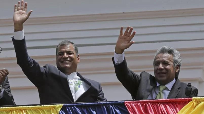 Rafael Correa (à gauche) et son successeur à la présidence de la république équatorienne, Lenin Boltaire Moreno, au balcon du palais présidentiel à Quito, lundi.