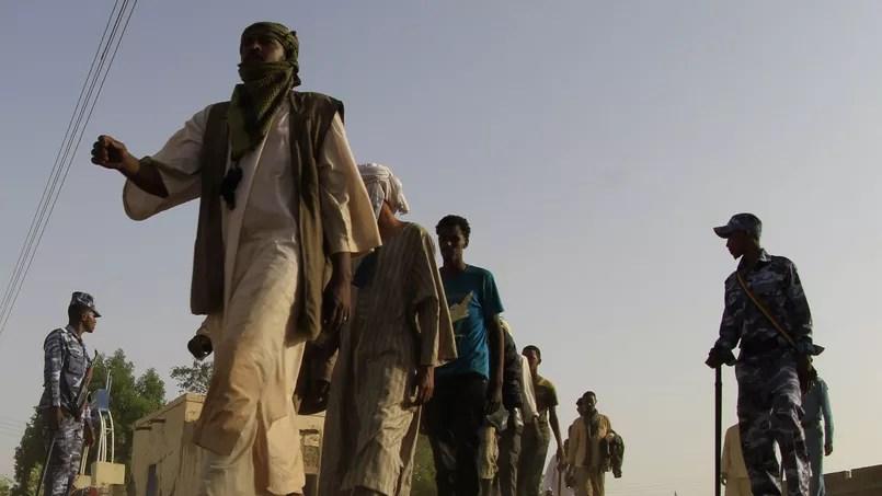 Des migrants illégaux abandonné dans le désert par des trafiquants d'être humains à la frontière entre Le Soudan et la Libye, en may 2014.