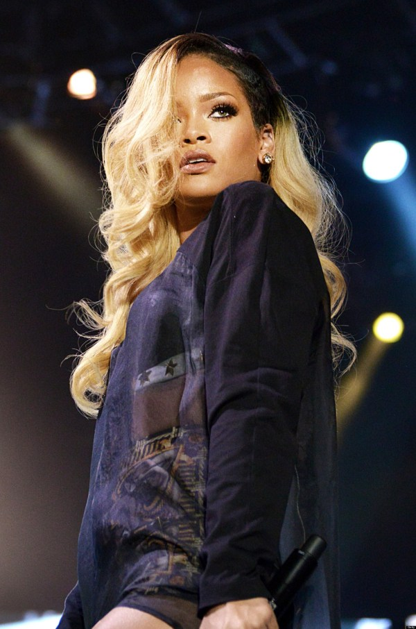 Rihanna Flashes Crotch Onstage In Istanbul Turkey Huffpost